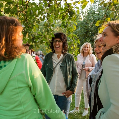 HEIJBLOM FOTOGRAFIE-lachen-onder-de-bomen-tijdens-het-gouden-uurtje-Peerdegaerdt-Strijen