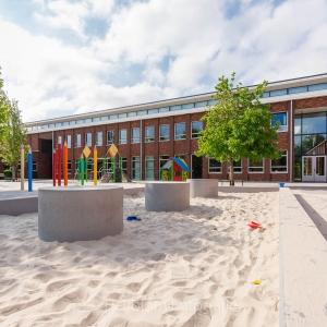 HEIJBLOM FOTOGRAFIE-bouwfotografie-architectuur-school-Barneveld-met-potloden-op-het-plein