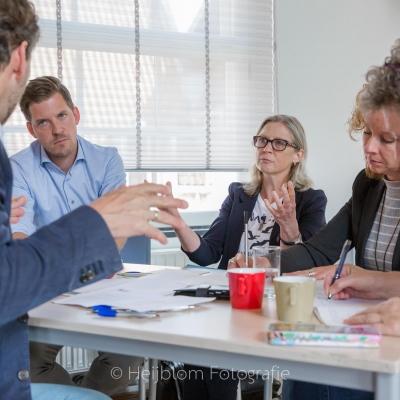 HEIJBLOM FOTOGRAFIE-evenementenfotografie-Fit-for-Work-Amersfoort-mevrouw-houdt-betoog-tijdens-discussie-aan-tafel