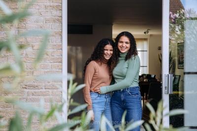 HEIJBLOM FOTOGRAFIE-twee zussen in de deuropening