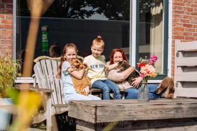 HEIJBLOM FOTOGRAFIE-portret in de tuin moeder met kinderen en poezen op een bankje