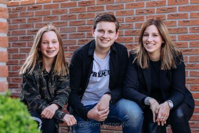 HEIJBLOM FOTOGRAFIE-Kinderfotografie-broer en zussen voor een muur