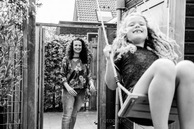 HEIJBLOM FOTOGRAFIE-gezinsfotografie thuis - moeder duwt meisje op de schommel