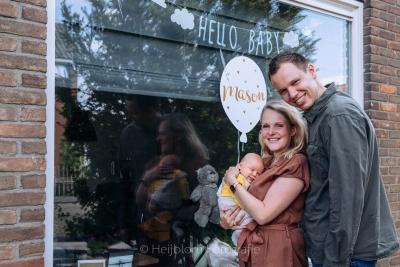 HEIJBLOM FOTOGRAFIE-babyfotografie hoeksche waard-ouders met baby die geboren is in de coronatijd