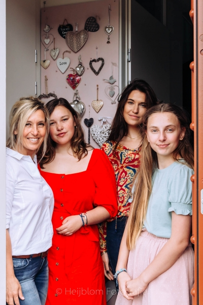 HEIJBLOM FOTOGRAFIE-gezinsfotografie moeder met dochters in de deuropening