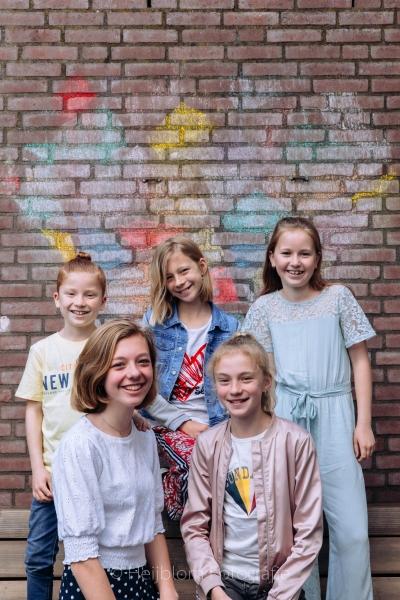 HEIJBLOM FOTOGRAFIE-kinderen bij een hart van stoepkrijt op de muur in de coronacrisis