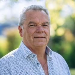 Portret man met overhemd zonder flits voor website